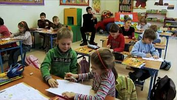 Chechen and other refugee children in class at a primary school in Coniewo, Poland. From a video by Narracje Migrantow/YouTube