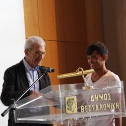 Vahit Fasil receiving an award of the city from Thessaloniki Mayor Yiannis Boutaris.
